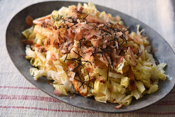かつお節・ごまなどとしょうゆベースのドレッシングでいただく和風サラダのレシピ。こんがりと焼いた油あげが、やわらかな白菜サラダのアクセントになっています。白菜をサラダに使用するときには、やわらかくて味が濃い内側の部分を使うのがおすすめなのだそう。