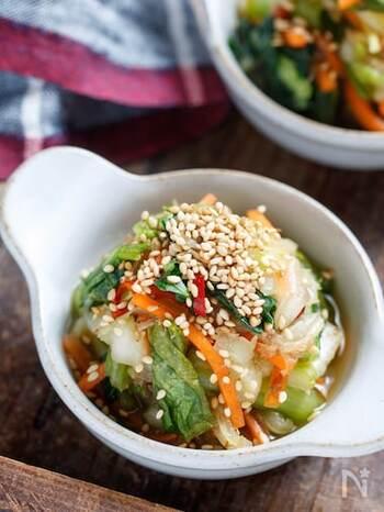 小松菜・にんじんも一緒に調味料で揉み込んで栄養価をアップさせた一品。小松菜・にんじんも茹でずに生のままで使用できます。かつお節も混ぜ合わせると、野菜が苦手な子どもも食べやすく仕上がります◎ 最後に白ごまを振りかけると、白ご飯にぴったりなお漬物の完成!