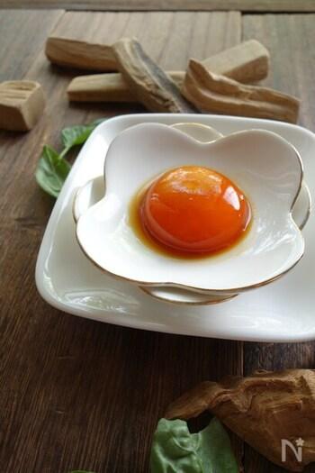 コラーゲンに変わる成分のたんぱく質は、ビタミンCが必要とされています。バジルに含まれるビタミンCと少しの量でもたんぱく質量の多い卵を使ったレシピです。ダイエット中や食欲がない時も、栄養価の高い料理を加えることで体を強くすることができますね。  このレシピは和食や洋食など、どんなレシピにも合わせやすく卵かけごはんや納豆にもコクが増して美味しいですよ。 バジルには胃を元気にする力を引き出してくれる作用がありますので、胃腸が弱い方はコンソメスープにこの卵黄とバジルの葉も少し入れるとバジルの効果を高めてくれます。