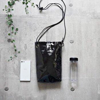 スマホやタンブラーなどが入る、使いやすいサイズの縦長PVCショルダーバッグ。内側はフリース生地を使い、あえて透けない仕様になっています。雨の日のお出かけやアウトドアなどにも便利。