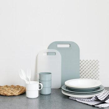 フィンランドのプラスチック製品ブランド「Orthex」。「キャンプマグ」と「キャンププレート」は、アウトドア用に作られているので、スタッキングのための工夫が随所にされています。  電子レンジや食洗機も使えるので、小さなお子さんの普段使いの食器にもおすすめ。