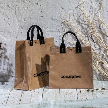 紙のショッパーバッグのような、大人心をくすぐるアイテム。クラフト紙をPVCでコーティングして作られ、中は通常のバッグのように内ポケットもあり便利。雨の日にも使えるクラフト風バッグです。