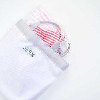 中身が丸見えになるのを防ぐ、半透明のプールバッグ。内側には撥水加工生地を使用し、濡れた水着やタオルを入れても外に響きません。お子さまのプールバッグとしてや、ママの夏のお出かけバッグなど、誰でも使えるシンプルでおしゃれなバッグです。