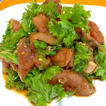 カツオにピリリと辛いわさび菜を合わせ、サテトムで和えたサラダです。  さっぱりとしたかつおとわさび菜という和の食材が、サテトムひとつで、一気にエスニック風な料理に変身!食べるまで冷蔵庫で冷やし、直前に調味料と和えると水っぽくなりません。