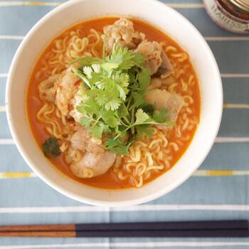 サリ麺という韓国のインスタント麺をつかったハリッサ麺です。  ボリュームのあるサリ麺ですが、ピリ辛のハリッサで飽きることなく、最後まで一気に食べられます。鶏肉を焼いたフライパンに水を足して麺まで茹でるワンパンレシピ。覚えておくと重宝します。