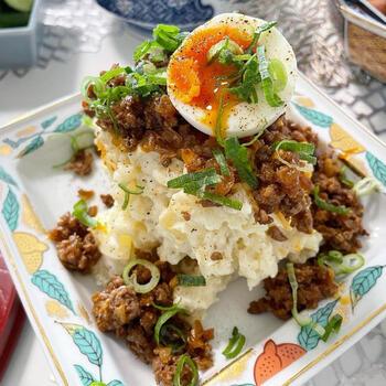 ポテトサラダの上に、合いびき肉でつくったハリッサ炒めをのせるという大胆なレシピです。  クリーミーでマイルドなポテトサラダと、ほどよい辛味のあるひき肉がぴったり!半熟卵を崩しながら、一緒に食べると、よりまろやかに。目先の変わったポテトサラダが食べたいなと思ったら、ぜひつくってみてくださいね。
