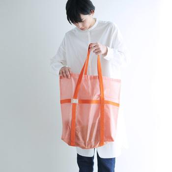 麻を原料とした蚊帳生地に、PVC素材をコーティングしたトートバッグ。半透明の生地なので中身を気にせず好きなように入れられるので気楽。バッグの口はそのままでも折り曲げても使えたり、外ポケット付きだったりと、スタイリッシュながら実用的です。