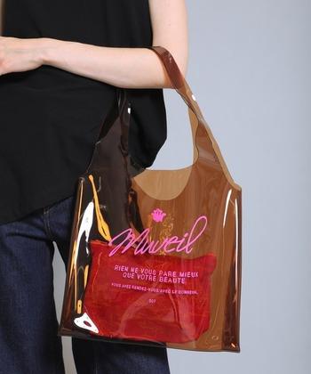大人っぽいカラーとデザインの夏にぴったりのクリアバッグ。中にはアニマル柄を施したピンクのポーチ入りで、隠したいものも入れられるうえ、柄がほのかにバッグから見えてさりげなくおしゃれ。