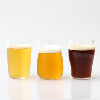 左のストレートなグラスはのど越しの爽やかさ、中央のくびれのあるグラスは芳醇な香り、右の口の広がったグラスは重厚なコクを引き立てます。味わいたいビールによって使い分けるのも面白そうです。