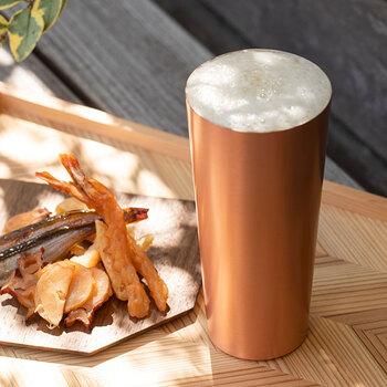 「ビールのための」と銘打つだけあって、こだわりが詰まっています。熱伝導率の良さを生かして、冷たいビールを注げば器ごとキーンと冷えるようにできています。指先からも冷たさを実感できるカップです。飲み口は薄造りで、すっきりと飲みやすく仕上げてあります。