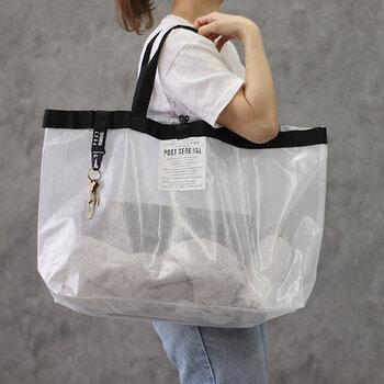 マチも深さもたっぷりなたくさん入る大容量バッグ。あると便利なキーフックやスーツケースにセット可能なベルト付きで、様々なシーンに活躍します。ビーチグッズなどの大ものを入れたり、エコバッグやランドリーバッグとしても使える便利なアイテムです。