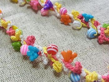 お子さん用に買った大きめのチャイルドビーズ、余っていませんか? こども用ビーズをこんなふうにレース糸に通して鎖編み。それを2~3本ねじり合わせると、ラリエットみたいなネックレスが完成!