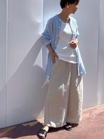 シャンプレーのリネン生地を使ったバンドカラーシャツ。白のTシャツやタンクトップにバサッと羽織るだけでサマになる一枚。ベージュのイージーパンツとの定番の色合わせがしっくりきます。普段着ならばラフでリラックス感あるスタイルがおすすめ。