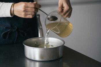 「白だし」とは、かつお節や昆布などからとった出汁に白醤油・薄口醤油・砂糖・みりんなどを加えて作った調味料のことです。その透き通った色から薄味と思いがちですが、濃縮のめんつゆ同様に味がしっかりしています。