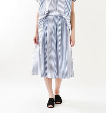 ブルー×ホワイトが端正な印象のストライプ柄スカート。よく見ると、太さの異なる2種類のストライプ生地を切り替えたデザインになっています。軽やかなフレアシルエットは、夏のお出かけスタイルにもぴったりの華やかさです。