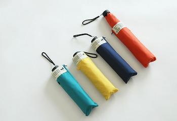 一見普通の傘ですが、生地に使われているポリエステルはペットボトルを再生して作られています。折り畳み傘1本に約3本の廃ペットボトルが使われていて、環境への配慮ある消費を行えます。紫外線もカットしてくれるので、日傘としても使えます。