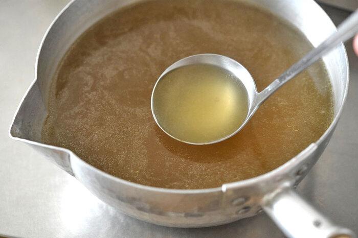 白ごはん.comさんのラーメンスープレシピは鶏スープと魚介のスープ、調味液をそれぞれ作り、最後にすべて合わせるダブルスープレシピです。まずはレシピ通りにゆっくりと時間をかけて作ってみましょう!