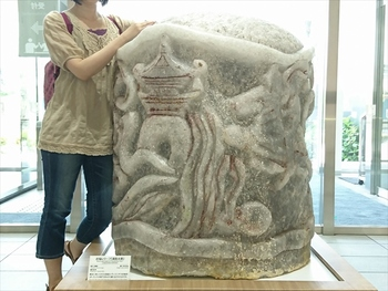 入口に置かれている岩塩で作られた彫刻です。大きさにびっくりですよね。(筆者撮影)