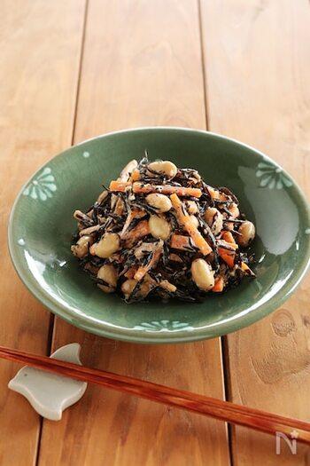ふっくらとした大豆とひじきがマッチしたサラダです。マヨネーズにすりごまの香りが加わり、まったりとした味わいに。後引く美味しさで箸が進みますよ♪