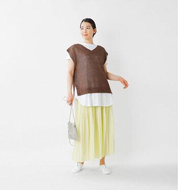 長めのラウンド型の裾が、レイヤードスタイルにぴったりです。サイドにスリットが入っているので、丈が長めでも窮屈さは感じません。