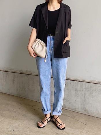 夏の黒ジャケットも半袖ならクールで爽やかなコーデがつくれます。明るいブルーのデニムやサンダルなど、涼しいアイテムと組み合わせれば、大人なリゾートカジュアルに。