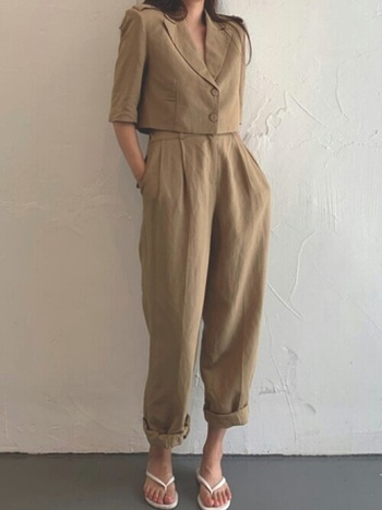 ジャケットのデザインが変われば印象も変化します。ショート丈のミニマムな半袖ジャケットで、さりげなく女性っぽさを感じさせるセットアップスタイルです。リネン生地で夏らしい素材感も素敵。