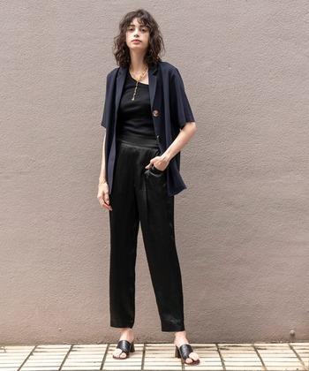 黒のワントーンコーデは重たくなりやすいため、夏の着こなしでは避けたいところ。でも、光沢のあるサテンのボトムスを合わせていることで軽やかさを出すことができます。スッキリとした足元も夏らしいコーデに。大人のシックな雰囲気がgoodなスタイルです。