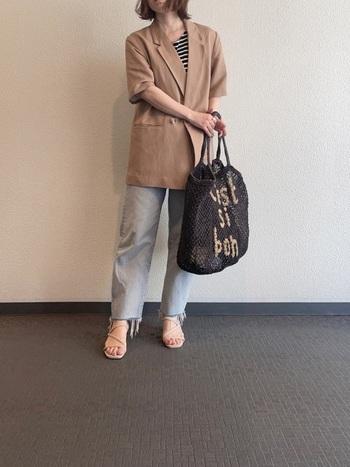 ボーダー×デニムの夏の定番マリンスタイルも半袖ジャケットで旬な表情に。クラシカルなダブルジャケットもベージュの優しいナチュラルなカラーで、カッチリしすぎないラフさが魅力です。
