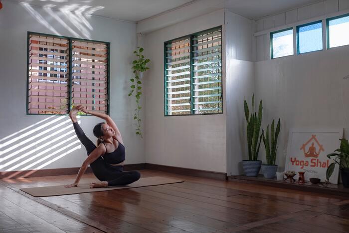 テレビをなくしたことによって空いたスペースにヨガマットを広げて、ヨガや宅トレをするのもおすすめです。広々した空間は、思いきり体を動かすのにもぴったり。テレビ習慣を運動習慣に変えて、内側から綺麗になりましょう*