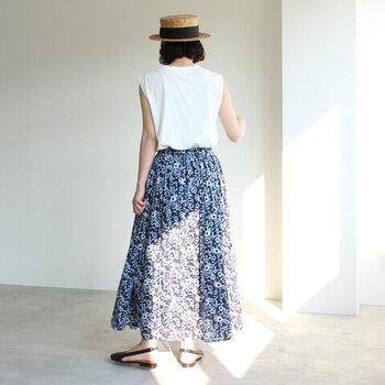 柔らかく、さらっとした肌触りのコットン100%で仕立てられたスカート。似たような色みの濃淡で表現しているため、小花柄でも甘くなりすぎません。Tシャツやカットソーなど、気楽な1枚でも様になります。