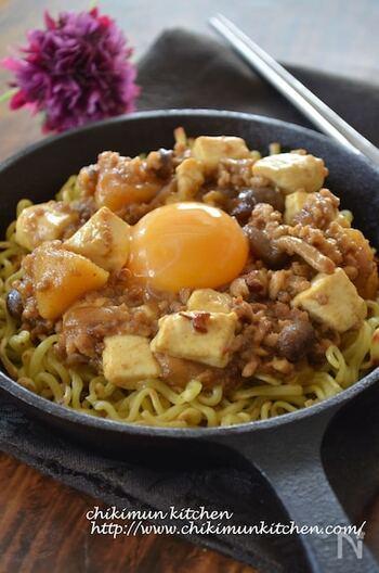 焼きそば用の中華麺を使って、残り物のカレーをパリパリカリカリの揚げ麺にアレンジ! もともとのカレーの辛さに合わせて、花椒とラー油の量を調節してみてください。お豆腐を崩さないように入れると、見ためもきれいに作れます。