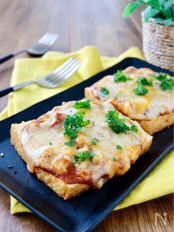 厚揚げの中身のお豆腐をくり抜いたら、崩しながらカレーに混ぜて。よく混ざったらそれを厚揚げに戻して、チーズを乗せてトースターで焼いちゃいましょう! 粗びき胡椒を振りかけると、おつまみにもいいですよ。