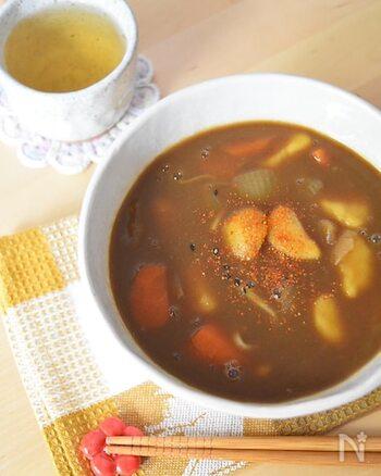 麺つゆ+和風だしを使って、しっかり和の味わいを出したカレーうどんです。カレーに麺つゆとだし、水を合わせて煮込んだら、そこにゆでたうどんを入れるだけでできあがる簡単レシピ。お好みで七味をかけてどうぞ♪