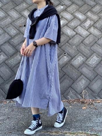 コンバースのハイカットスニーカーは、靴下合わせもとっても可愛いです。ゆるっとしたシャツワンピースとも相性抜群で女性らしい雰囲気になりますね。