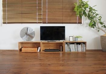 カーテンでもなく、アルミブラインドでもない、木製だからこそ出せる雰囲気が素敵なウッドブラインド。見た目はもちろん、様々なメリットがあります。