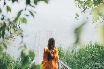 もしご紹介する本のなかでピンと来るものがあれば、ぜひ手にとってみてください。  ささいな会話から生まれた相手の笑顔、また、カーテン開けたときの太陽の輝きなどが、あなたにとって心豊かなひと時に変わるかもしれません。  いつもの日常風景が新たに色づくきっかけに満ちていますよ。