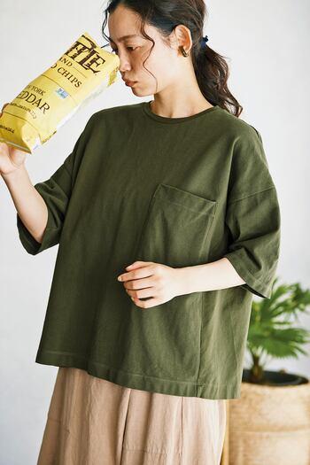 鹿の子独特の風合いを感じられるTシャツ。後ろの身ごろに天竺素材を使っているので、ラフな雰囲気も味わえます。胸元の大きなポケットがいいアクセントに*