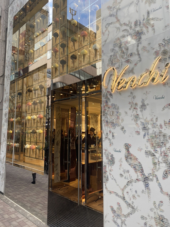 松屋通りから1本入ったところにある「Venchi(ヴェンキ)」は華やかな銀座の中でも、ひときわ目を惹く店構えです。イタリア・トリノで1878年に創業したチョコレートブティックで、極上のジェラートを味わってみませんか?
