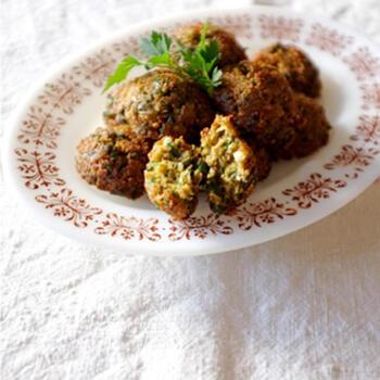 ひよこ豆やそら豆などをつぶしたものにスパイスを混ぜて揚げたファラフェル。中東で広く食べられている豆コロッケです。ピタパンに野菜やソースとともにファラフェルを挟むのもポピュラーな食べ方ですね。