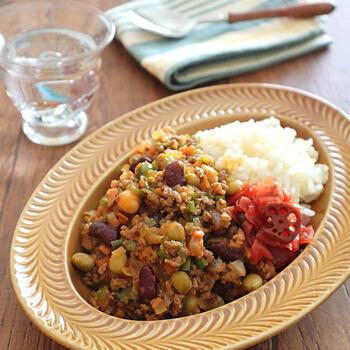豆の植物性タンパク質と、肉の動物性タンパク質がバランスよく使われた体にいいドライカレー。スタミナたっぷりのワンプレートランチになりそうですね。