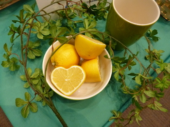 良い香りは五感を刺激して、気持ちをコントロールしてくれると言われています。フレッシュなレモンを切ったときの香りというのは瑞々しくて、心がきゅんと引き締まります。お料理の途中は、いろいろな香りを感じることができる特別な時間です。素材の持つフレッシュな香りを大切にしてみましょう。