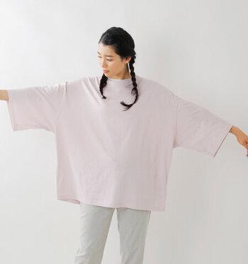 肩のラインがすとんと落ちたオーバーサイズTシャツ。首元の締まりがコンパクトになっているので、ゆるっと着てもどこか上品な印象に。淡いパステルトーンの4色展開なので、他の色もチェックしてみてくださいね。
