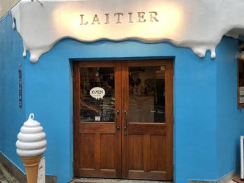 千駄ケ谷駅、北参道駅から徒歩5~6分の場所にある「LAITIER(レティエ)」は、青と白の外観が目を惹くソフトクリーム専門店。手作りを基本にしながら、季節感を意識したメニューが人気です。