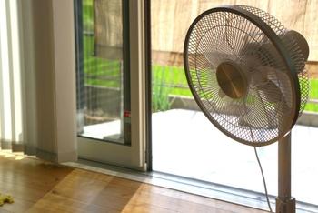 窓が大きく、日光が入る方角だと、夏の暑さは厳しくなります。なるべく窓から直射日光を入れないようにすることが大切です。