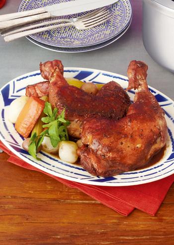フランス料理にもよく登場する鶏もも肉の赤ワイン煮を圧力鍋で簡単に。ベーコンやココアパウダーなども使い、豊かなコクを出しています。