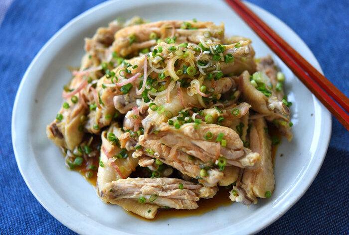 鶏手羽の脂が苦手な人にもおすすめのさっぱり料理。鶏手羽中に下味の生姜とニンニクを揉み込み、しばらくなじませたらゆでます。火が通ったら水気を切ってタレをからませて、薬味をトッピング。お好みで七味やラー油などを加えてピリッとさせるのもおいしいです。