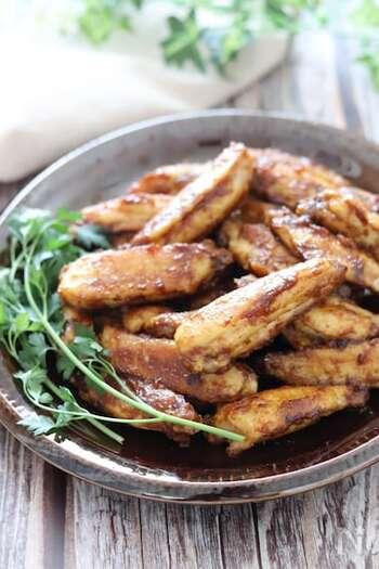 カレー粉・ニンニク・オイスターソースなどのコクたっぷりのタレがからむ、鶏手羽中のうま辛焼きのレシピです。ビールのおつまみとしてはもちろん、バテやすい季節のスタミナ料理にもおすすめ。指までなめてしまいそうなおいしさです。