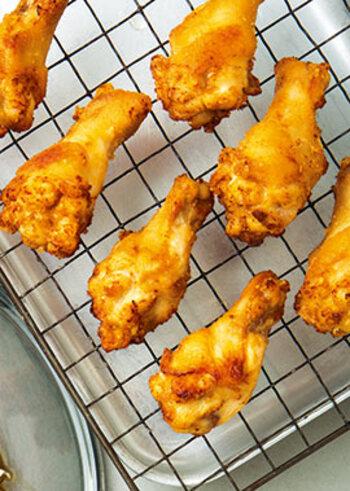 うまみと酸味のバランスがいいニンニクレモンじょうゆに鶏手羽元を漬け込み、粉をつけて揚げます。大人も子供も次々手が伸びるおいしさです。ホームパーティーやあっさりとしたフライドチキンを食べたいときにもおすすめ。