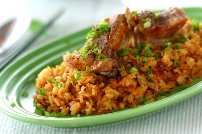 こちらは、和の調味料を使ったスペアリブの炊き込みご飯レシピです。ご飯のひと粒ひと粒が肉の脂やうまみをまとって、一気に食べてしまいそうなおいしさ。炊飯器でできますが、鍋を使ってキャンプ飯で楽しむのもいいですね。