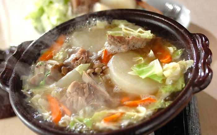 スペアリブや大きめに切った大根などをじっくり煮込むスペアリブ鍋。骨付き肉のおいしさやさまざまな野菜のエキスが溶け合った洋風仕立てのスープが絶品です。〆は、おしゃれにリゾットで。